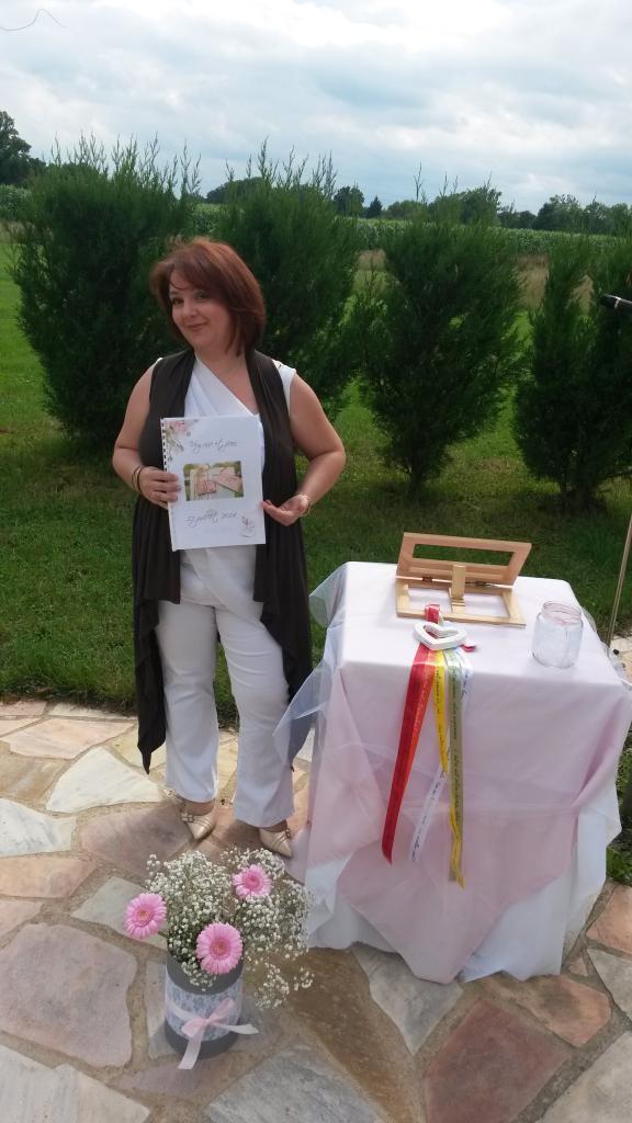 Alexandra en attendant les mariés